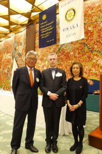 At the center of the President of Japan in Italy , Dott . Alberto Moro , on his right , the President of the Rotary Club of Osaka .
